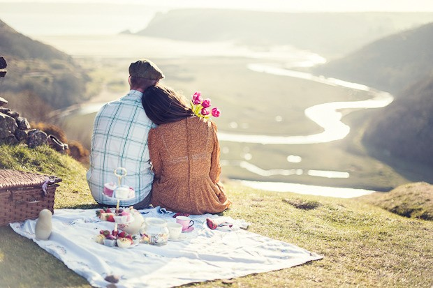 Cliff-Engagement-Shoot-Picinic-With-Bunting-11